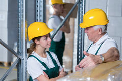 Trabajadores del almacenamiento en almacén imagen de archivo libre de regalías