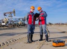Trabajadores del campo petrolífero fotografía de archivo