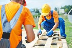 Trabajadores del carpintero en el tejado Foto de archivo libre de regalías