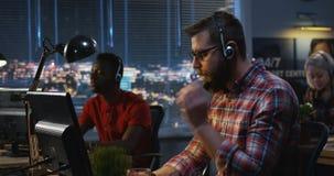 Trabajadores del centro de atención telefónica que hablan el uno al otro