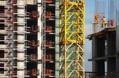 Trabajadores del edificio alto de la estructura Imagen de archivo libre de regalías