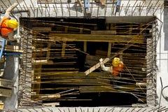 Trabajadores del emplazamiento de la obra - antena fotografía de archivo