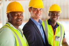 Trabajadores del encargado de la construcción imagenes de archivo