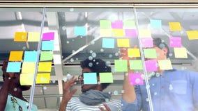 Trabajadores del negocio que obran recíprocamente y que se inspiran