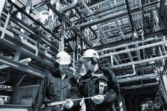 Trabajadores del petróleo y gas dentro de la industria imagenes de archivo