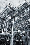 Trabajadores del petróleo y gas dentro de la industria foto de archivo libre de regalías