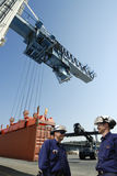 Trabajadores del puerto y puerto del envase Imágenes de archivo libres de regalías