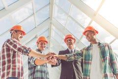 Trabajadores del sector de la construcción imagenes de archivo