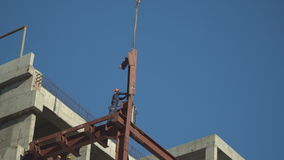 Trabajadores del Steeplejack en actividades de la construcción, en la renovación del centro comercial metrajes