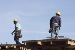 Trabajadores del tejado fotografía de archivo libre de regalías
