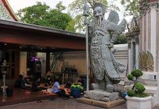 Trabajadores del templo de mentira de Wat Pho Buda en Bangkok, Tailandia Foto de archivo libre de regalías