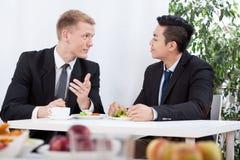 Trabajadores diversos que comen el almuerzo imagen de archivo libre de regalías