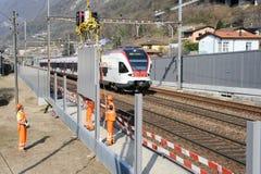 Trabajadores durante la instalación de barreras del ruido en el ferrocarril Imagenes de archivo