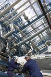Trabajadores e industria del petróleo Imagen de archivo libre de regalías