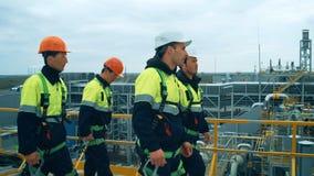 Trabajadores e ingenieros que caminan en fábrica industrial almacen de metraje de vídeo