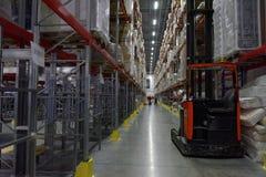 Trabajadores en el almacén Fotos de archivo libres de regalías
