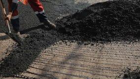Trabajadores en el asfalto de la reparación del camino almacen de metraje de vídeo