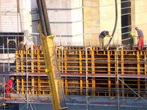 Trabajadores en el emplazamiento de la obra Imagen de archivo