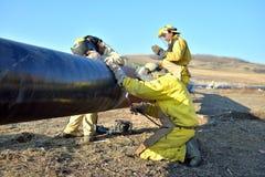 Trabajadores en el gaseoducto Imágenes de archivo libres de regalías