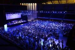 Trabajadores en el partido y el concierto corporativos, trabajo en equipo Foto de archivo libre de regalías