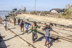 Trabajadores en el puerto Fotos de archivo libres de regalías