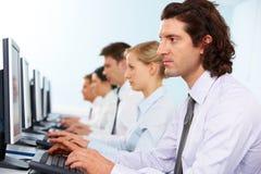 Trabajadores en línea imagenes de archivo