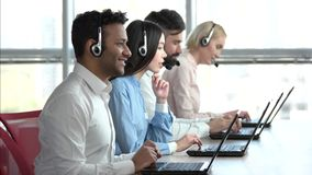 Trabajadores en línea del soporte técnico, fondo de las ventanas