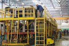 Trabajadores en la acción en planta de producción Fotografía de archivo libre de regalías