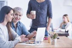 Trabajadores en la agencia del anuncio foto de archivo libre de regalías