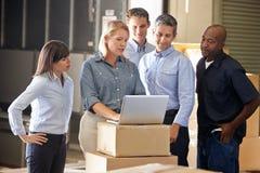 Trabajadores en la distribución Warehouse Fotos de archivo