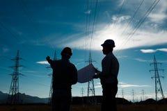 Trabajadores en la estación de la electricidad Fotos de archivo libres de regalías