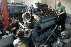 Trabajadores en la fábrica Fotos de archivo
