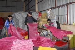 Trabajadores en la fábrica de costura foto de archivo