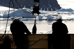 Trabajadores en la nave en Ant3artida Imagen de archivo
