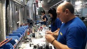Trabajadores en la producción industrial almacen de metraje de vídeo