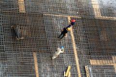 Trabajadores en las barras de acero Imágenes de archivo libres de regalías