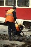 Trabajadores en las tranvía-líneas Foto de archivo