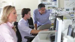 Trabajadores en los escritorios en oficina creativa ocupada metrajes