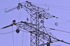 Trabajadores en postes de la electricidad Fotografía de archivo