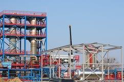 Trabajadores en sitio de la construcción de una fábrica petroquímica Imágenes de archivo libres de regalías
