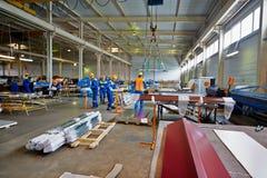 Trabajadores en taller de la fabricación en la planta Imágenes de archivo libres de regalías