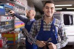 Trabajadores en taller de reparaciones auto Fotografía de archivo