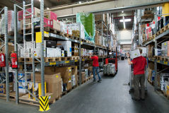 Trabajadores en un almacén Fotos de archivo libres de regalías