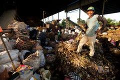 Trabajadores en un barrido en el vaciado Foto de archivo