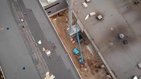 Trabajadores en un emplazamiento de la obra El proceso del aislamiento hidráulico del tejado Con la ayuda de un material especial metrajes