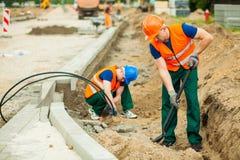 Trabajadores en una construcción de carreteras Imagen de archivo libre de regalías