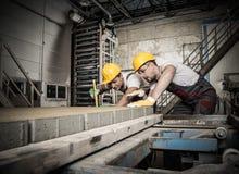 Trabajadores en una fábrica foto de archivo