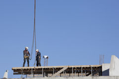 Trabajadores encima del nuevo edificio Fotografía de archivo