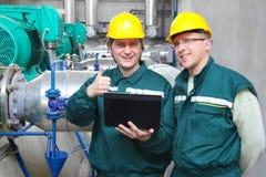 Trabajadores industriales con el cuaderno Imágenes de archivo libres de regalías