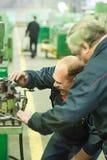 Trabajadores industriales que trabajan en la planta, trabajo en equipo Fotografía de archivo libre de regalías